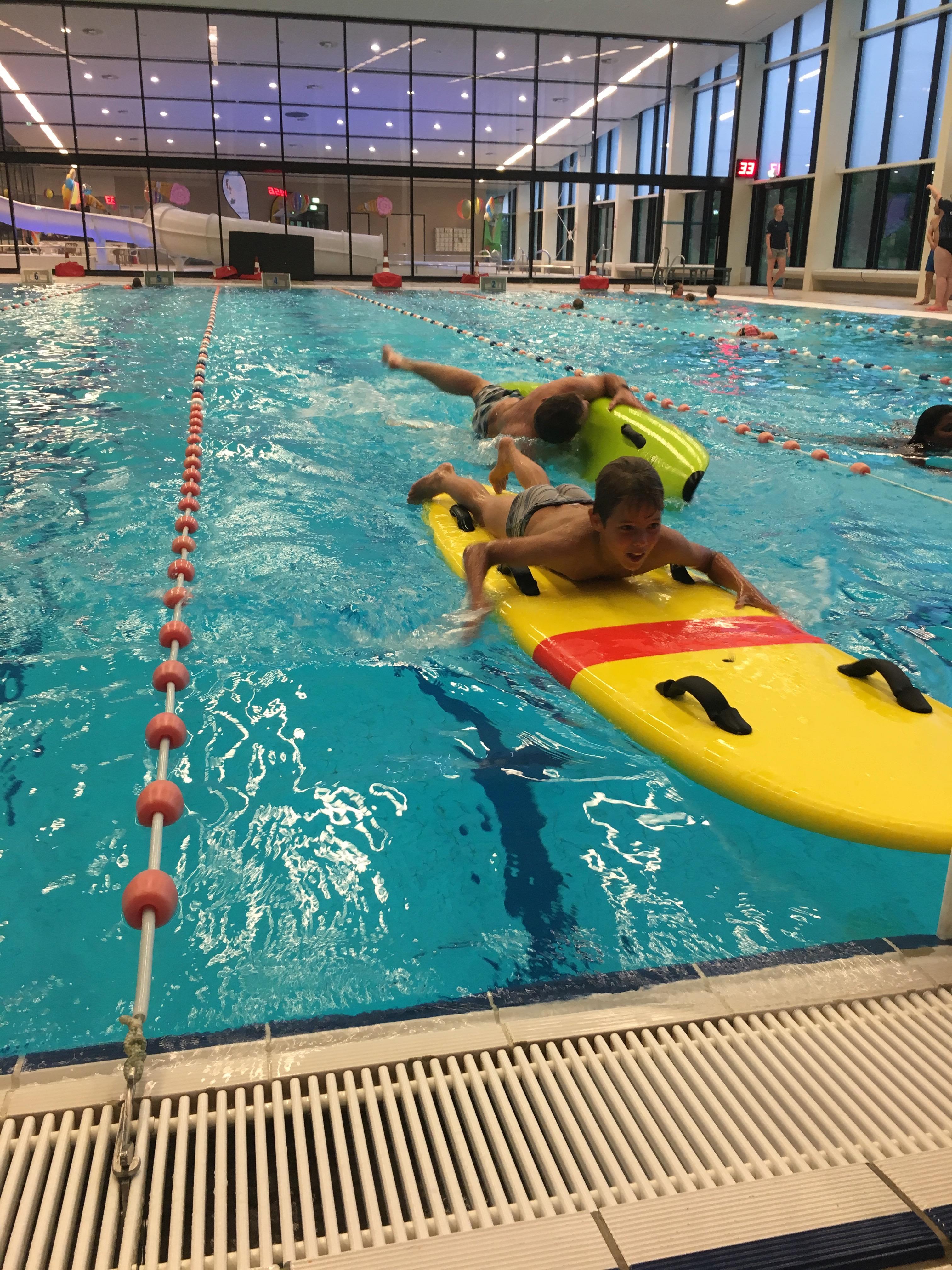 Rescueboard in het zwembad